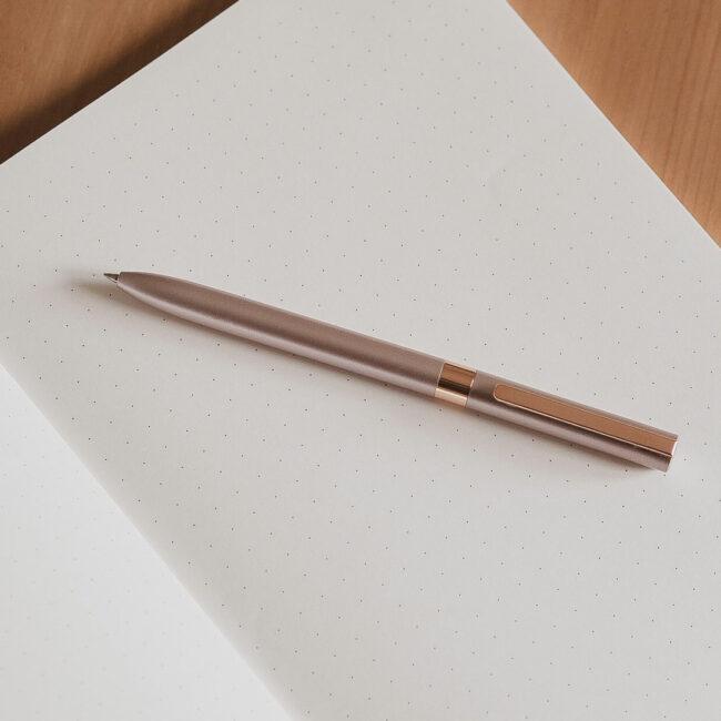 Długopis w kolorze różowego złota