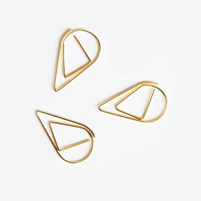 Złote spinacze kształty