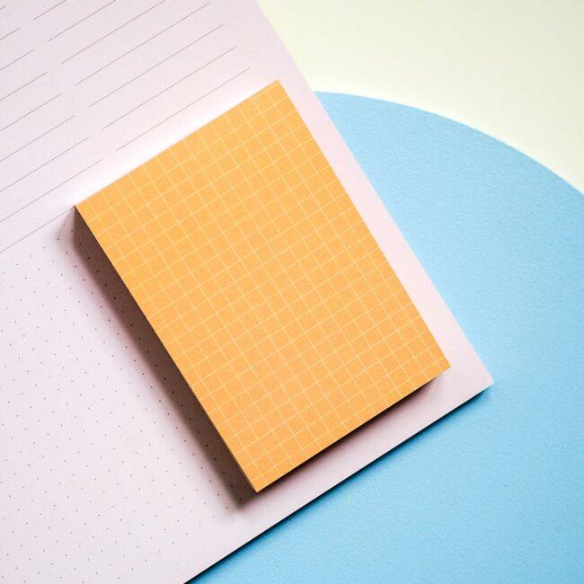 Pomarańczowy notes biurkowy